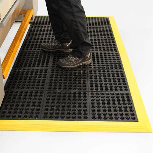 Fallschutzgummimatten Stecksystem Fatique Step vor einer Maschine